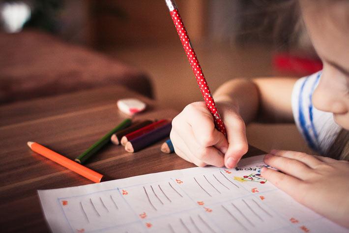 Enfant en train d'écrire