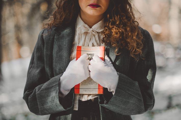 femme avec un livre