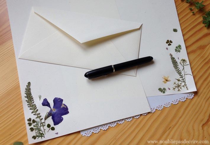 Tuto pour réaliser son papier à lettre décoré avec des fleurs séchées